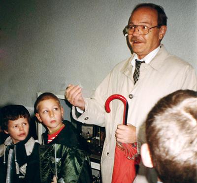 Hans Weiß mit Kindern